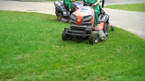 plodná střela dělníků jezdicích na průmyslových travních kanálech a sekání trávy v parku