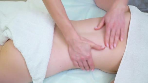 anticelulitážová masáž na zádech mladé ženy