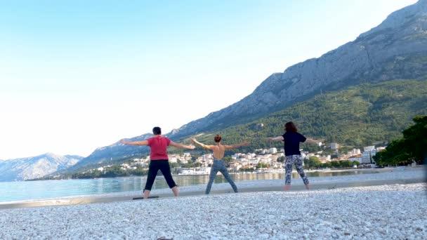 drei Frauen praktizieren morgens Yoga an der wunderschönen Adria