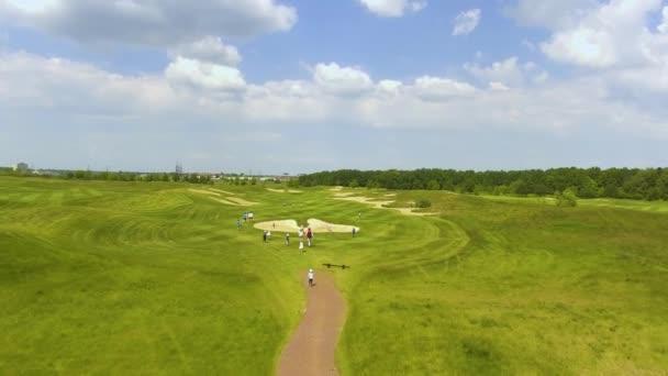 Děti běhají na golfových hřištích za slunečného dne