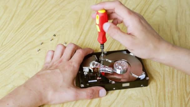Fiatal mérnök a merevlemez-meghajtó csavarozásának részletei