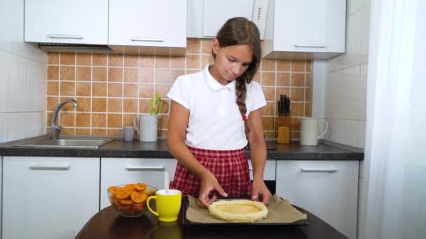 Malý kuchař vaření sladký meruňkový koláč v kuchyni