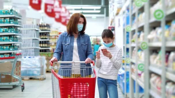 Rodinné nákupy v obchodě s potravinami během pandemie COVID