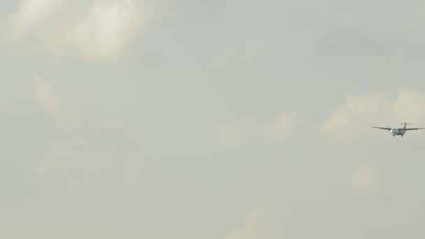 Propellergetriebene Flugzeug fliegen gegen bewölktem Himmel. Tele-Blick