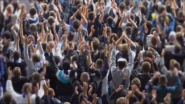 Menschenmenge von Sportfans sieht Spiel im Stadion, Zeitlupe