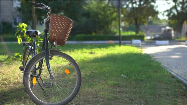Kolo čekající na majitele v městském parku, venkovní aktivity, zdravý životní styl
