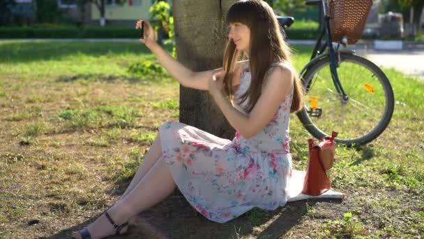 Szép főiskolai lány figyelembe selfies Park, kiküldetés képek a szociális média
