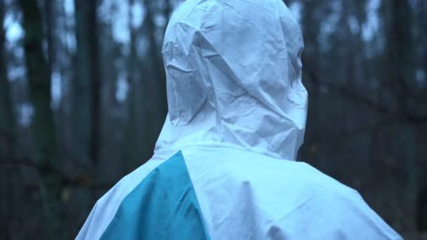 Soudní analytik shromažďováním fyzických důkazů na místě činu, na místě vraždy