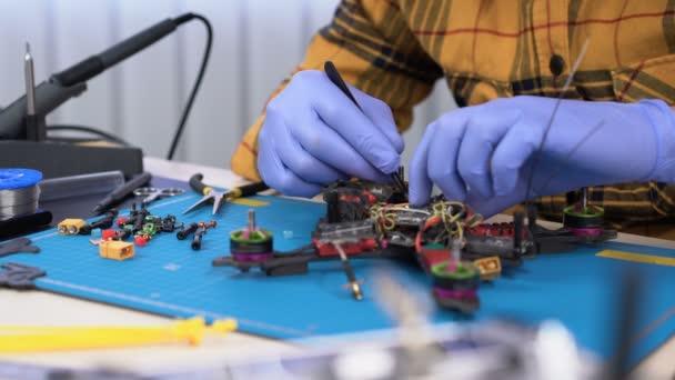 Személy javítása egy versenyautó drone, hobbi, javítóközpont, drone épület, modellezés