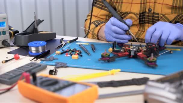Drone épület, vasalót használó személy alkatrészek, javítóközpont, hobby