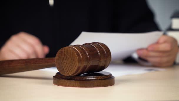 Giudice che chiama allordine, colpisce il martelletto, procedendo in aula, giustizia