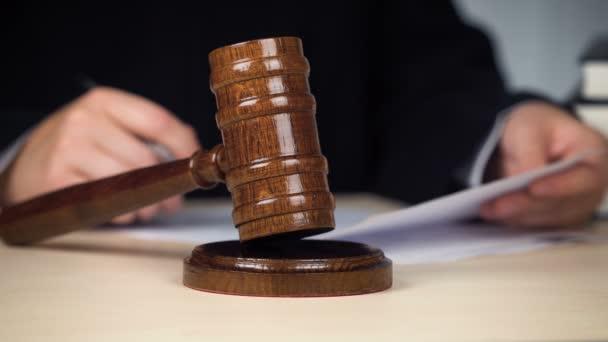 Giudice che legge la decisione e colpisce gavel per chiudere il procedimento, la legge e lordine