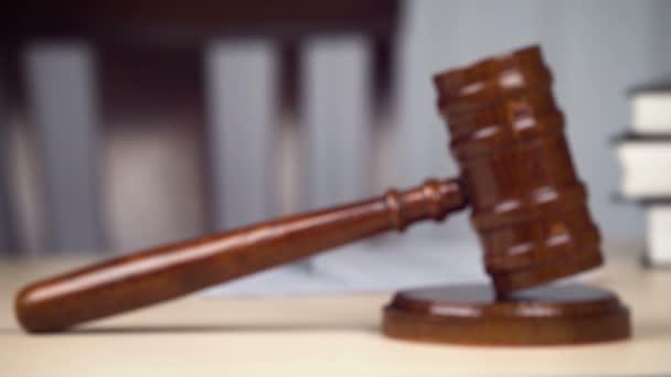 Primo piano del martello giudice martello martello sulla scrivania in aula vuota, legge, giustizia, ordine