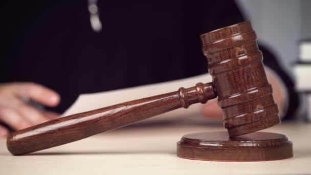 Giudice che legge i documenti, controlla le prove, lavora alla scrivania in aula. giustizia