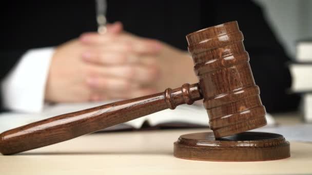 Soudce sedící za psacím stolem v soudní síni, zastupující zákon, vládnoucí spravedlnost