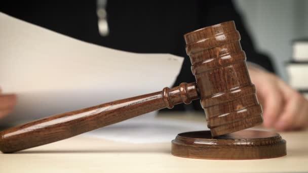 Giudice che lavora con i documenti dietro la scrivania in aula, occupazione, funzionario pubblico