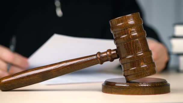 Giudice che legge e firma documenti in aula, sistema giudiziario, giustizia, occupazione