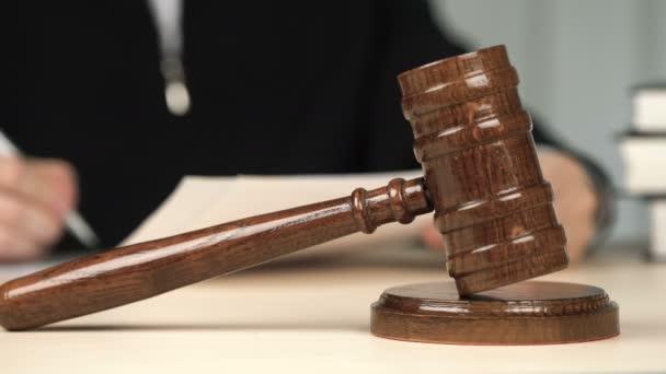 Giudice stanco che firma documenti legali e prendere occhiali fuori in aula, occupazione