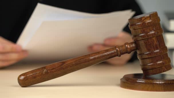 Giudice che esamina lelenco delle prove, controlla i documenti durante il procedimento giudiziario