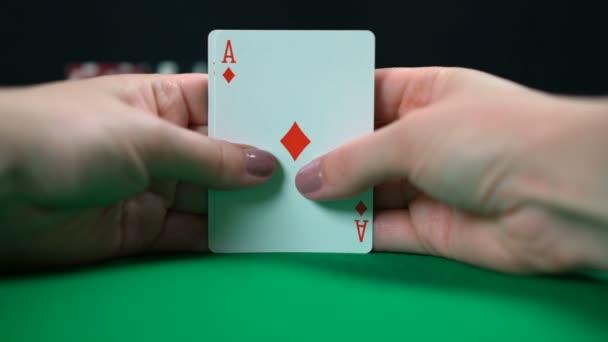 Poker hráč zobrazující pár ESA, dobrou ruku, vysoké šance na vítězství, štěstí