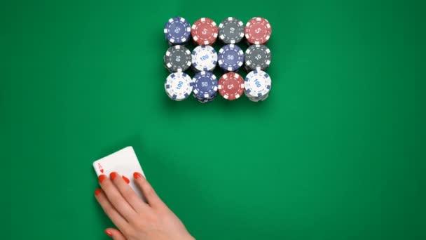 Giocatore di poker che suona noto a carte da gioco su tutto il tavolo, gioco dazzardo, mazziere mescolando