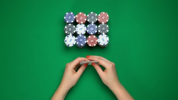 Hráč Poker držící silnou ruku, dvojice ESA, úspěšnou hru, pohled shora