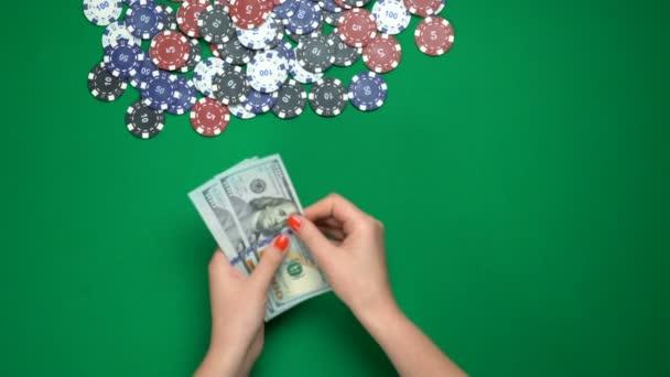 Poker počítá peníze z kasina stolu, vítězství, úspěšná hra, nejlepší výhled