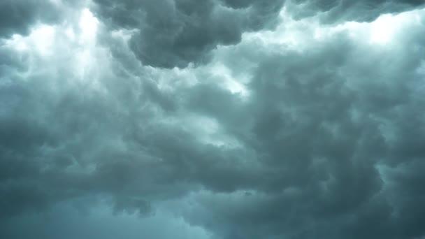 Vzteklý nebe, těžké mraky pohybující se rychle před bouří, hurikán, přírodní katastrofa