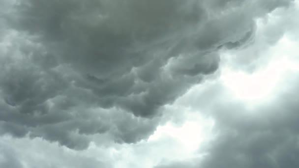 Temná obloha s těžkými mraky, okamžiky před bouří, bouřlivé počasí, bouře