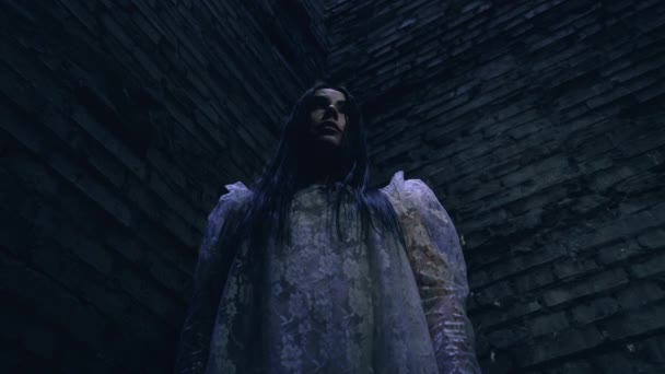 Zvláštní zombie žena rozhlížející se kolem, strašidelný duch ve strašidelném domě, noční můra