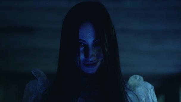Strašidelný úsměv na šílené ženské tváři, sériový maniak hledící na oběť, hrůza
