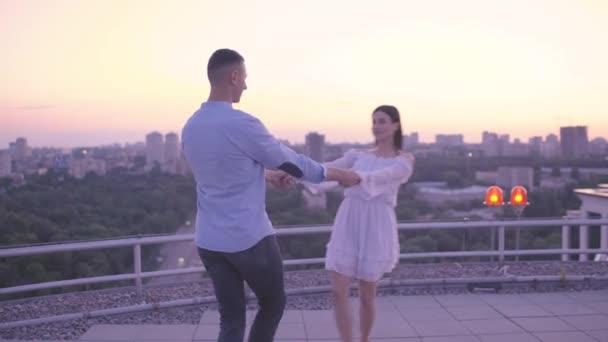 Fröhliches Paar, Händchen haltend, Date auf dem Dach, romantisches Stadtbild