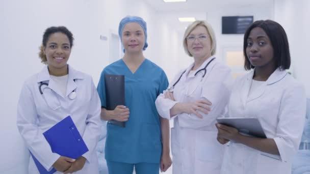 Multi-ethnisches Ärzteteam schaut sich Klinik für Reproduktionsmedizin an