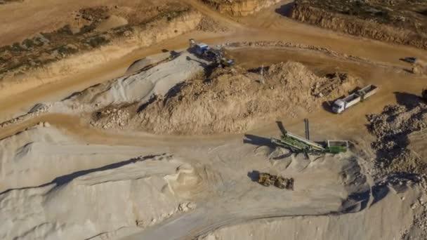Schwere Maschinen auf Baustelle, Drohne aus der Luft