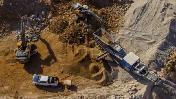 Bodenarbeiten auf Baustelle mit schwerem Gerät, Hyper-Zeitraffer-Drohnenaufnahme 4k
