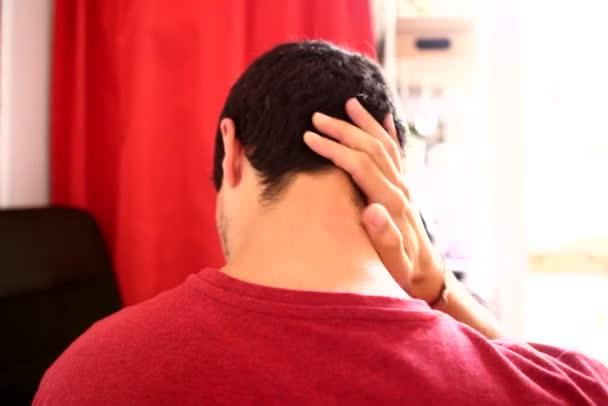 mladý muž masáže bolavý krk a ramena