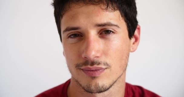 atraktivní mladý pohledný muž flirtování při pohledu na fotoaparát