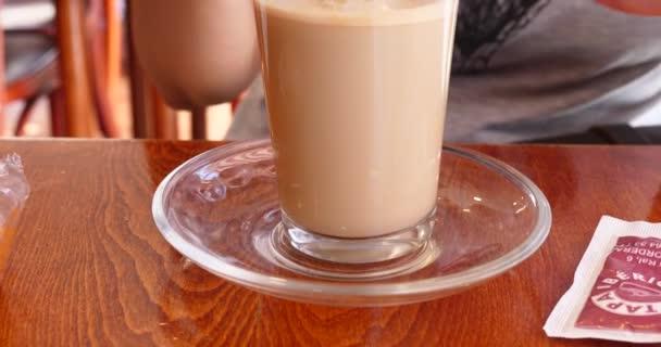 zár megjelöl kilátás a női ivóvíz latte macchiato