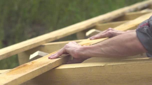 pracovník je stavba střechy