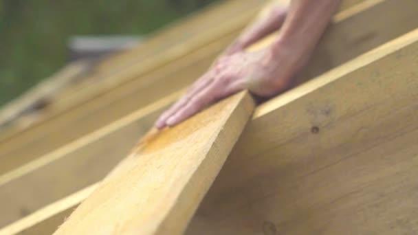 Der Arbeiter baut das Dach