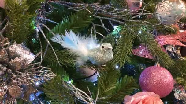 Nahaufnahme eines Weihnachtsbaums mit Lichtern, die nachts glitzern.