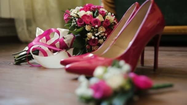 Luxus rózsaszín csipkés menyasszonyi esküvői cipők. Csokor Rózsa, a barna Bckgrnd