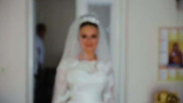 Schöne Braut in weiß Hochzeit Negligé halten und umarmen Hochzeitskleid