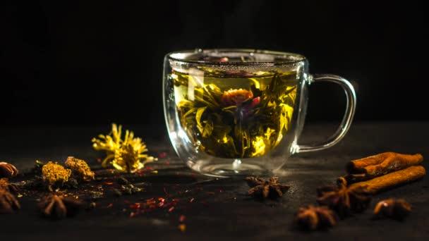 čaj ceru na modrém pozadí, čaj se rozpustí ve sklenici, umění smaragdově zelené pozadí, květinové čaje se rozpustí v konvici času lapse.cup čaje, která se rozpustí