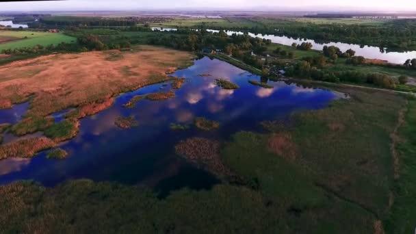 Létání nad jezírkem. Odraz mraků v jezeře. Vzduchové komory. Pohled na krajinu. Rusko, Krasnodar, Lotus lake