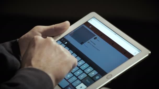 Zavřete obrazovku iPadu s Youtube. Populární video sdílení stránek 4k