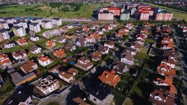 Gyönyörű modern város. Európai házak teteje. Saját település. Krasnodar, német falu. Dji Phantom 4 lövés.