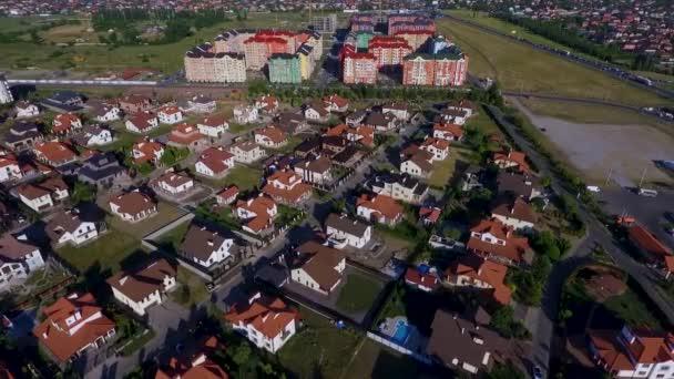 Krásné moderní město. Horizontální pohled na střechy evropských domů. Evropské domy. Krasnodar, německá vesnice. Shot s Dji Phantom 4. HD.