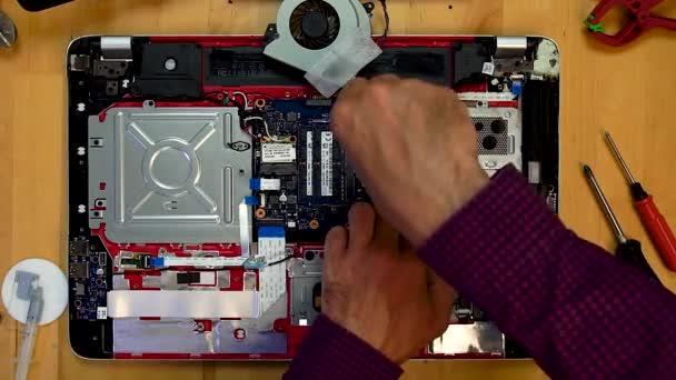 Mérnök kezek meghatározza a hűtőborda az alaplap a laptop
