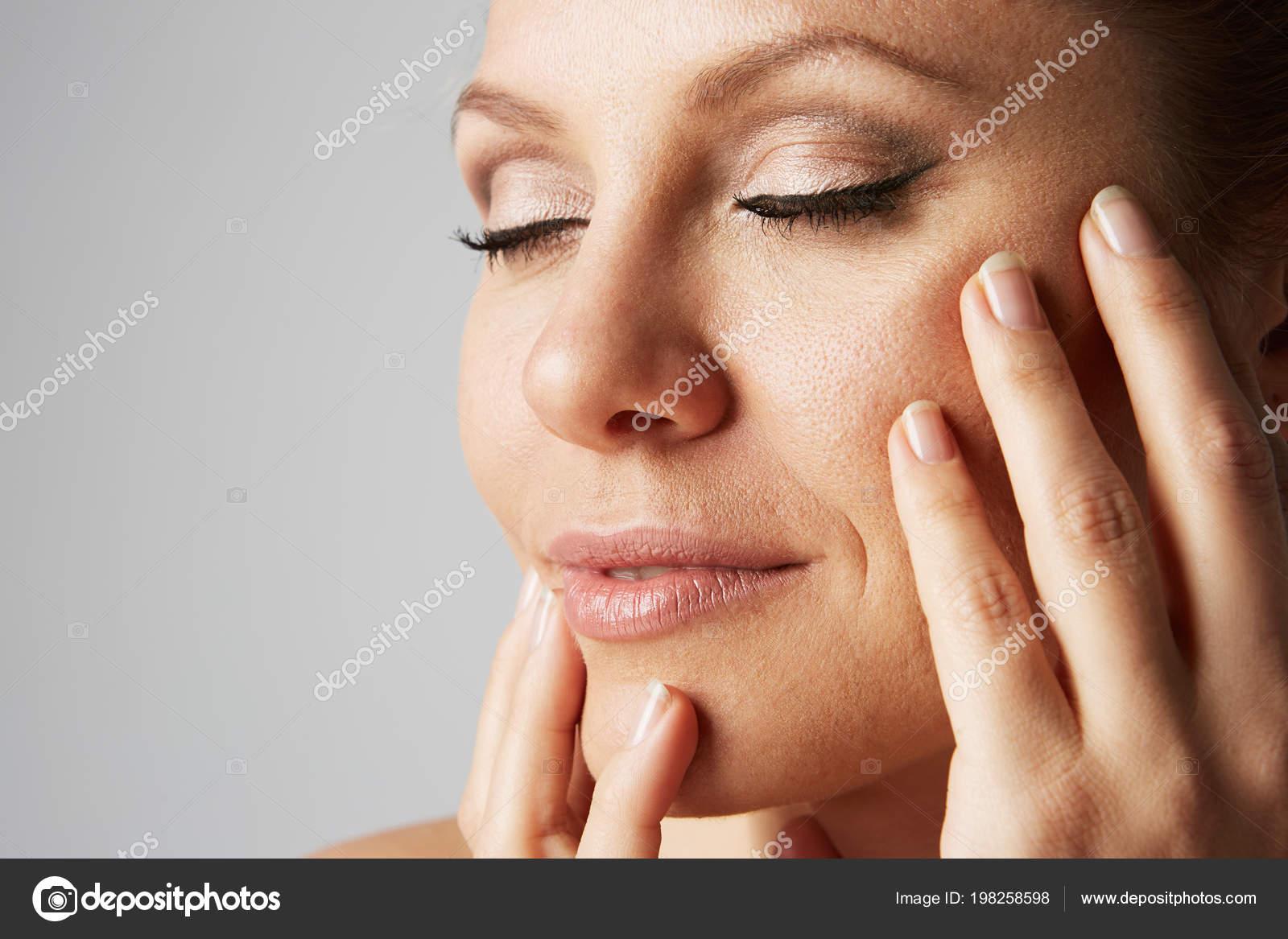 Linda Mulher Bonita Com Limpar Maquiagem Pele Natural E Fechei Os